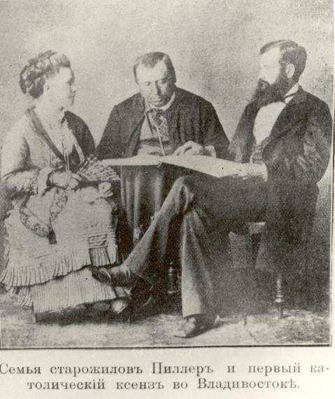 первый католический священник Дальнего Востока о. Казимир Радзишевский (в центре)