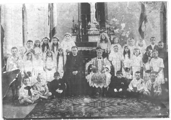Епископ Сливовский с детьми после Первого Причастия